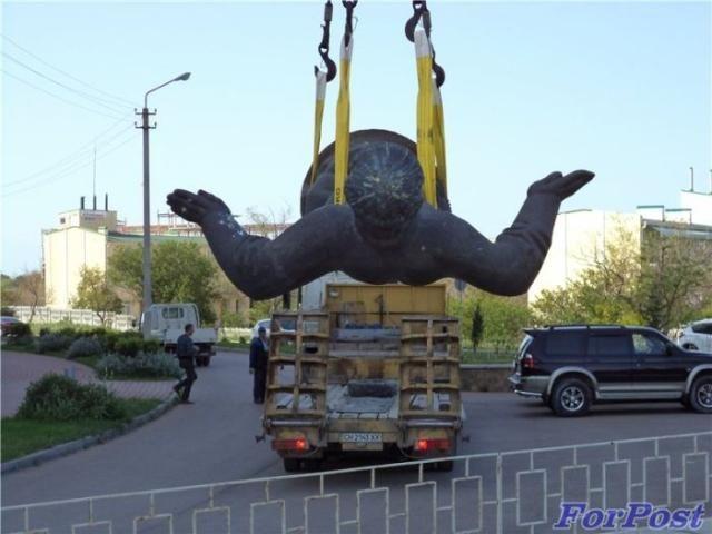В Севастополе демонтируют украинские памятники [Фото. Видео]