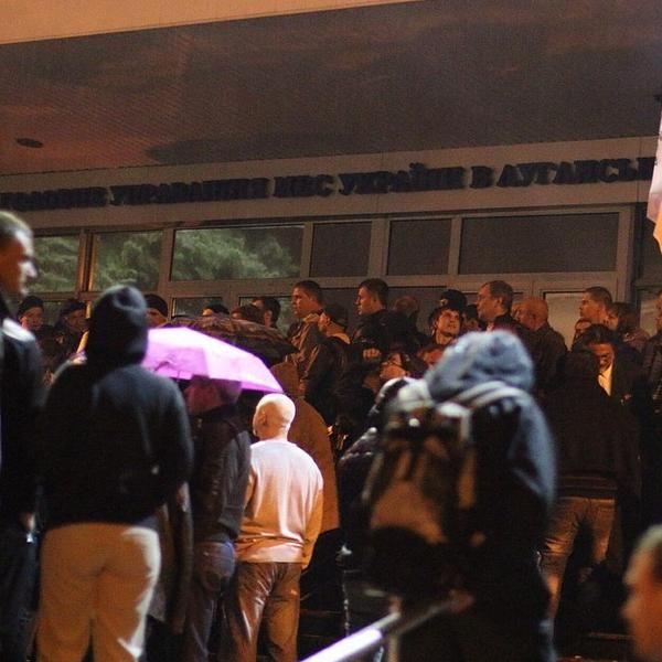 Правоохранители покидают захваченное управления милиции в Луганске без оружия [Фото]