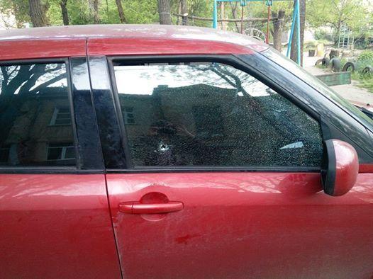 Неизвестные стреляли в машину