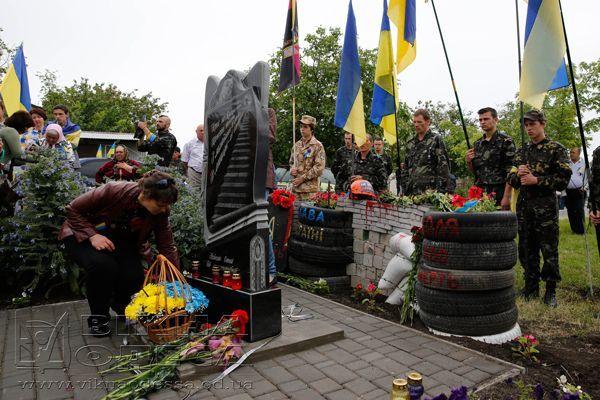В райцентре Одесской области открыли памятник Небесной сотне [Фото]