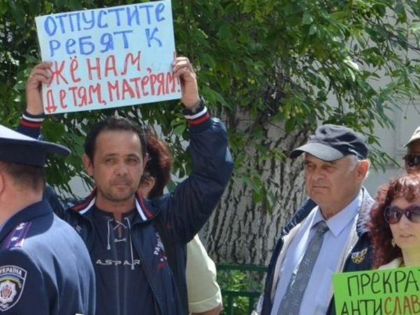 Круглый стол в Николаеве пикетировали сторонники Путина [Фото]
