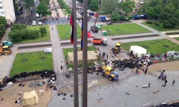 Люди в форме без объяснений разбирают баррикады у Донецкой ОГА, - горсовет [Фото]