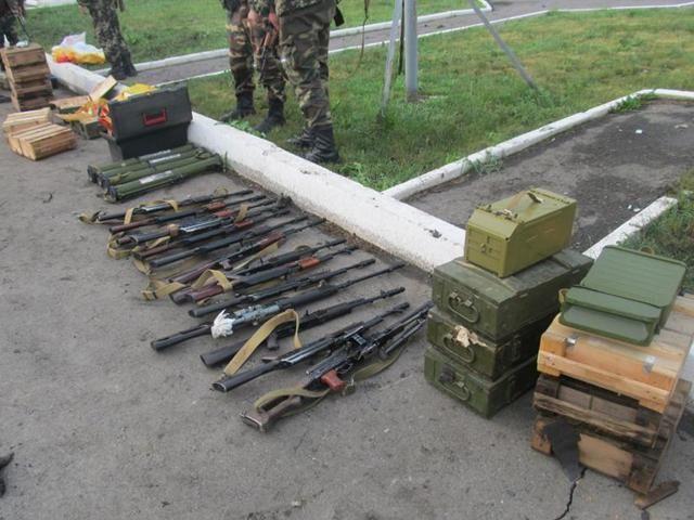 Пограничники задержали 2 микроавтобуса с оружием из России [Фото]