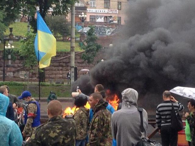 На Майдане снова зажгли шины [Фото]