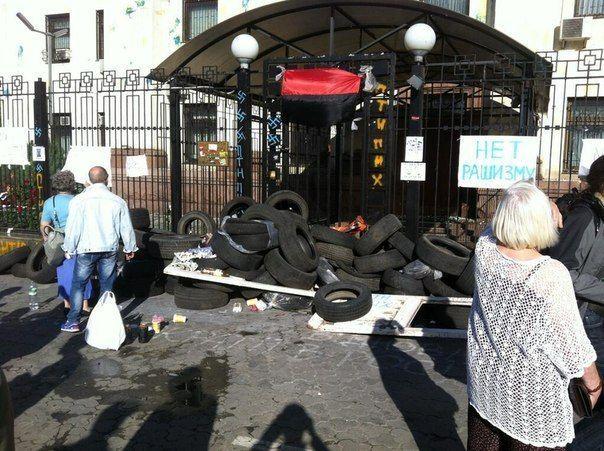 Посольство РФ забросали взрывпакетами и мостовой [Фото]