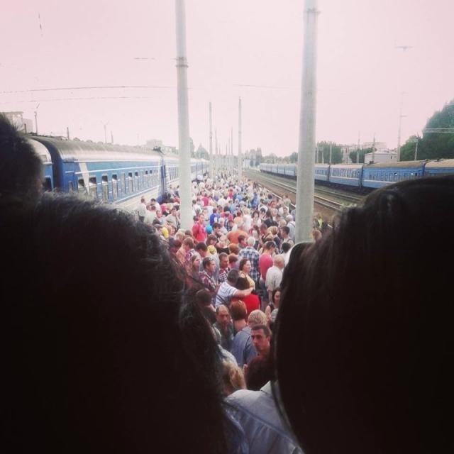 ФОТО ДНЯ: на луганском вокзале огромные очереди в кассы