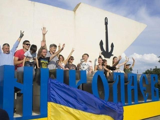 Стеллу на въезде в Николаев раскрасили в цвета национального флага
