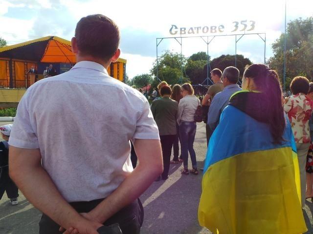 Жители Сватово Луганской области отпраздновали День Конституции [Фото]