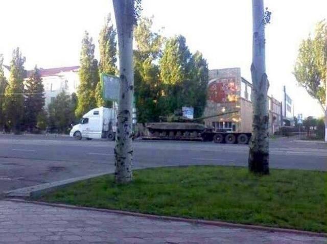 Террористы свободно завозят танки в Луганск, — журналист [Фото]
