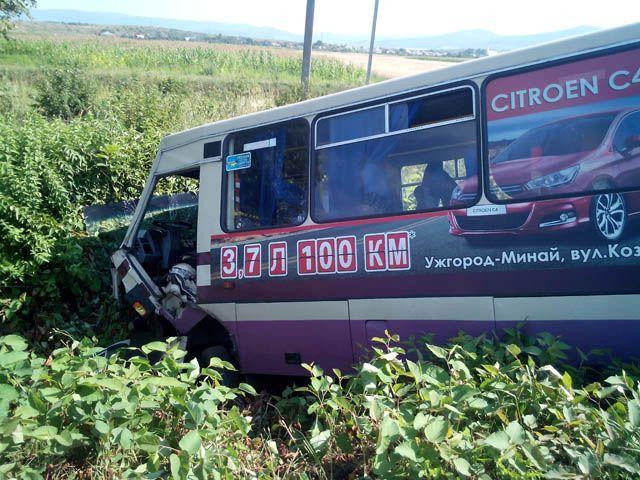 На Закарпатье столкнулись автобус, легковая машина и трактор. Погибло 3 человека [Фото]