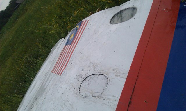 Появились фотографии обломков сбитого малайзийского самолета [Фото]