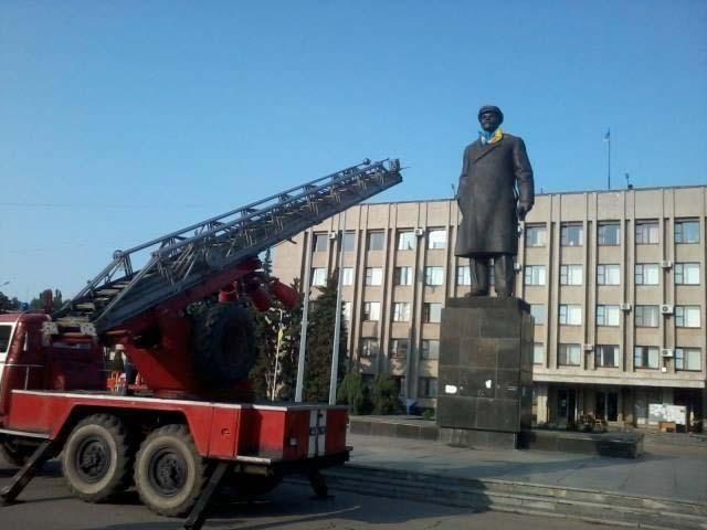 ФОТО ДНЯ: Ленин в Славянске надел сине-желтый шарф