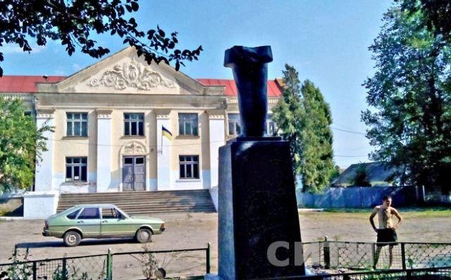 В Одесской области сразу три села избавились от памятников Ленину, — СМИ [Фото]
