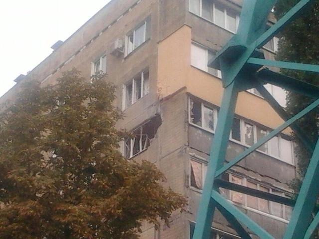В Донецке снаряд попал в жилой дом, вероятно погибла женщина [Фото]