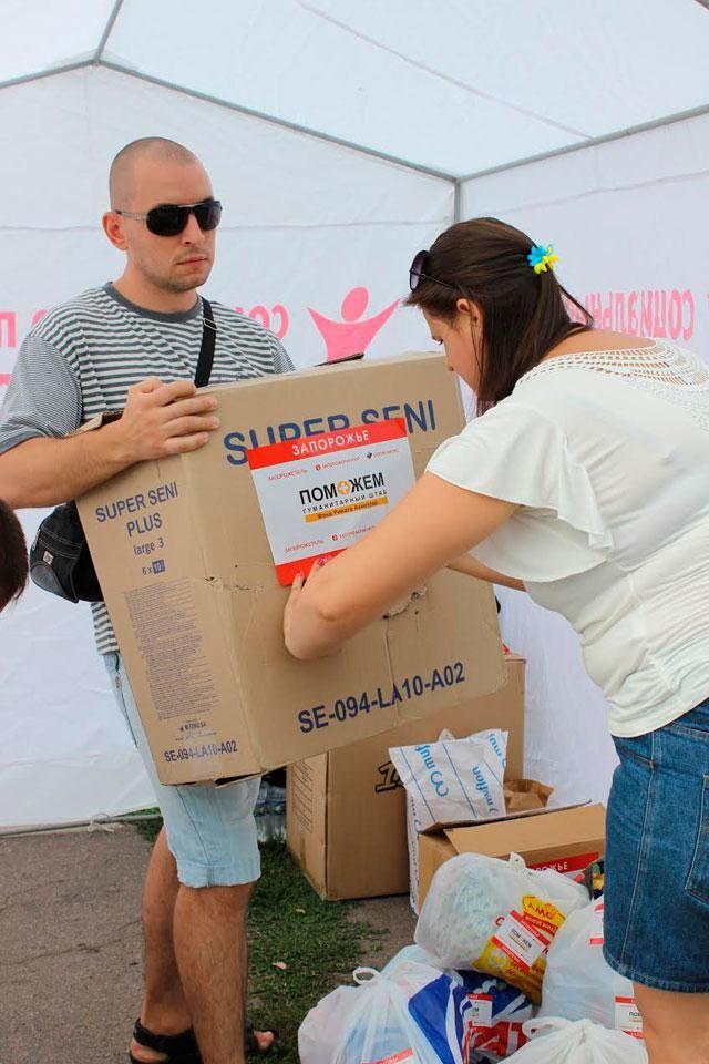 Почти 600 волонтеров разгружают гуманитарную помощь для переселенцев в Мариуполе