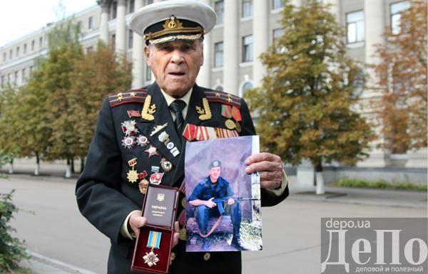 96-летний ветеран получил посмертную награду внука, погибшего в АТО [Фото. Видео]