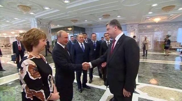 Порошенко пожал руку Путину [Фото]