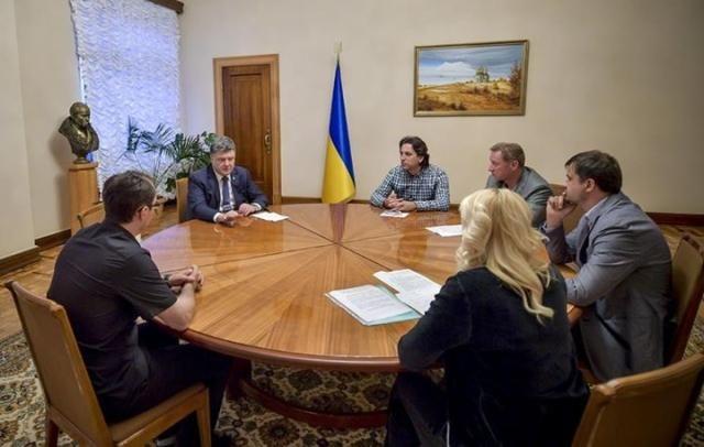 Порошенко встретился с активистами, которые требовали подмоги для Иловайска [Фото]