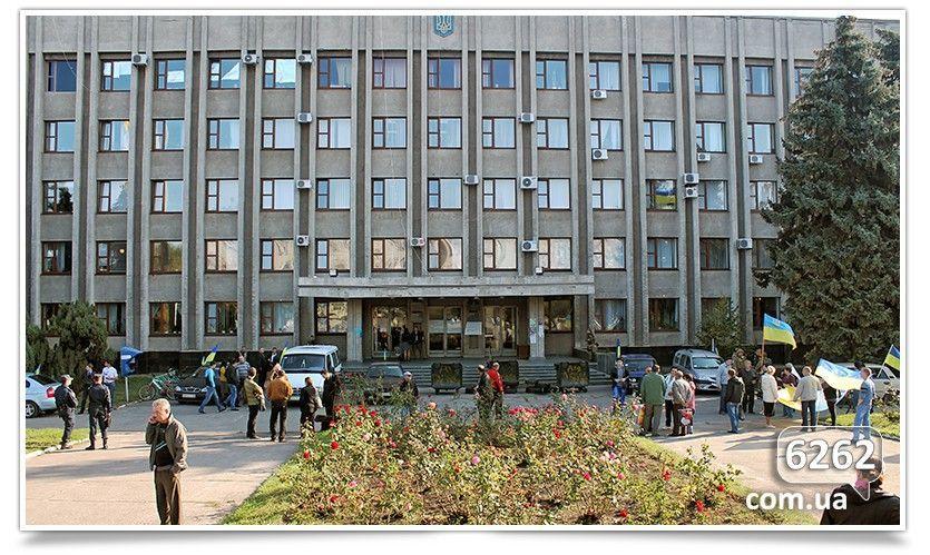 Активисты в Славянске шинами и баками забаррикадировали исполком [Фото. Видео]