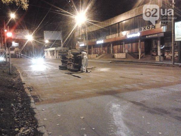 В Донецке террористы на танке врезались в грузовик [Фото]