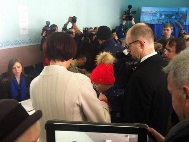 Премьер-министр проголосовал на выборах в ВР [Фото]