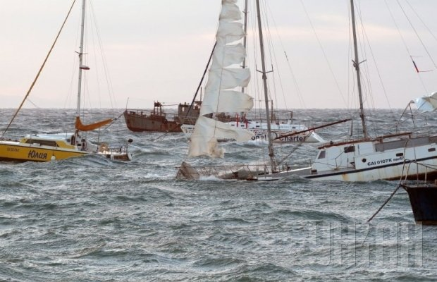 Крым штормит: непогода сносит крыши и затапливает яхты [Фото, Видео]
