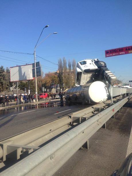 В Киеве перевернулась цистерна с маслом [Фото]
