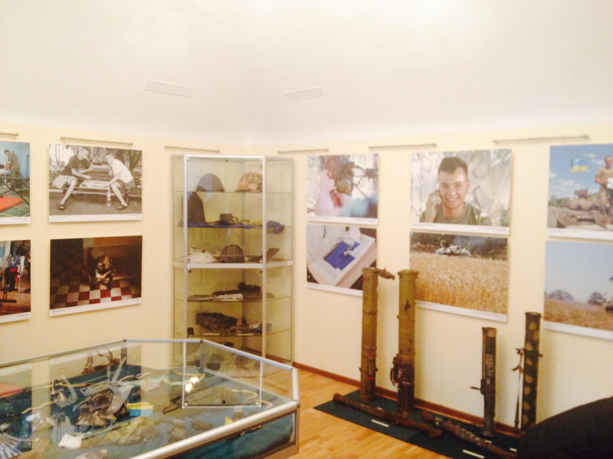 В Андреевской церкви открыли фотовыставку, посвященную АТО [Фото]