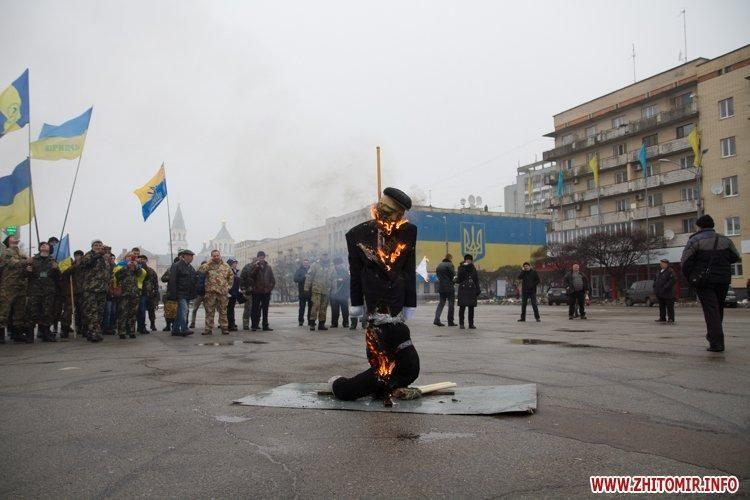 В Житомире сожгли чучело Путина-агрессора