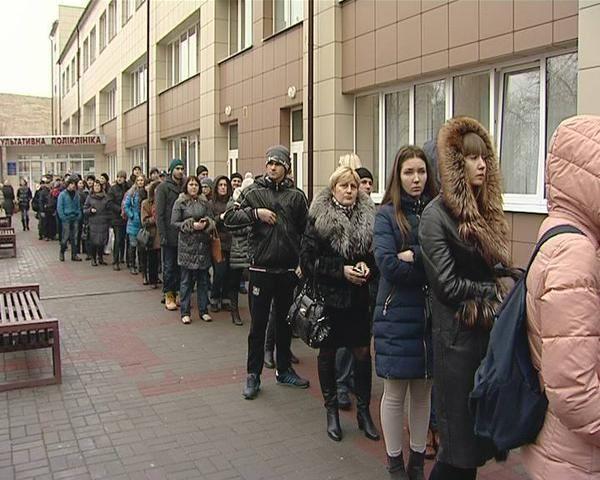 В Днепропетровске люди стоят в очередях, чтобы сдать кровь для бойцов