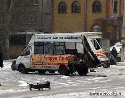 Военная машина боевиков протаранила маршрутку в Луганске