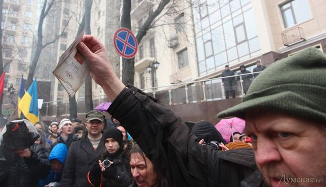 Одесситы под консульством России сожгли гроб Путина