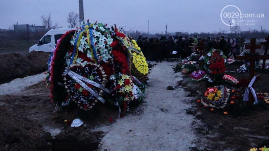 В Мариуполе похоронили первых погибших в результате субботнего обстрела