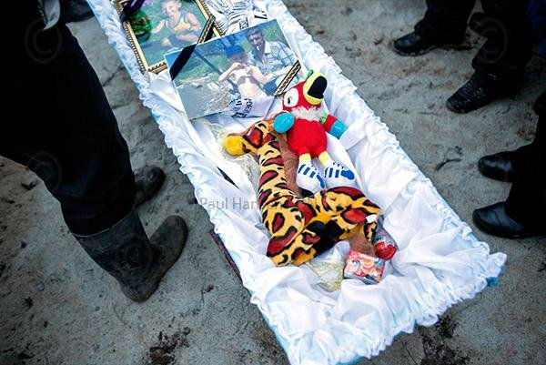 Террористы отобрали самое дорогое: жители Мариуполя похоронили целую семью (18+)