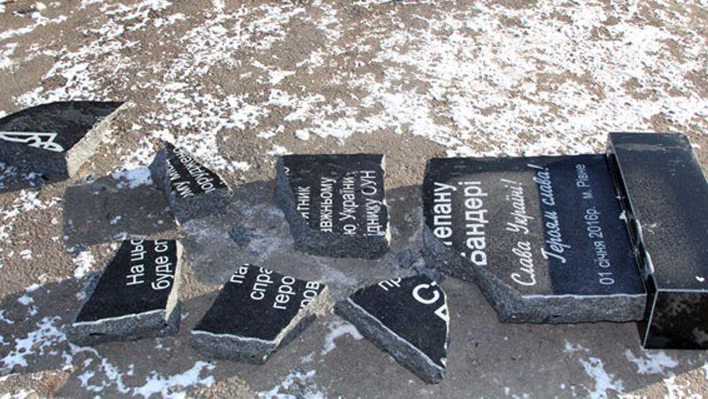 Неизвестные разбили памятник Бандере в Ровно
