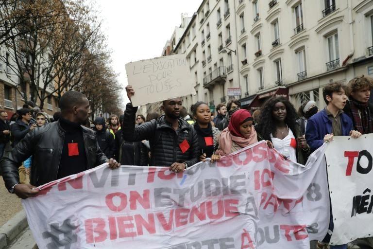 У Франції правоохоронці затримали понад 700 школярів та студентів