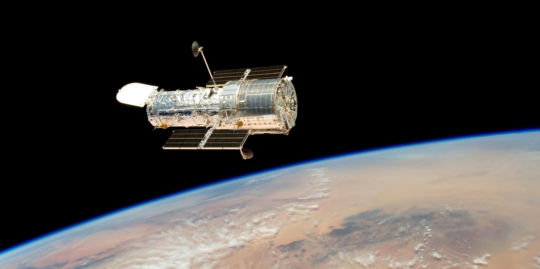 nasa building the hubble space telescope - HD3000×1500