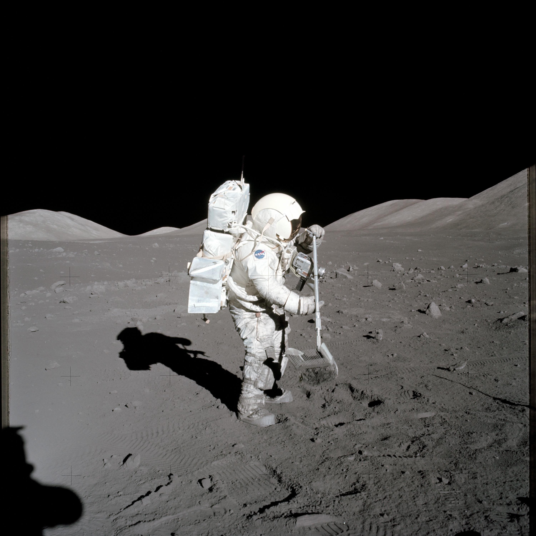 астронавт на Луне - безводная и безатмосферная пустыня
