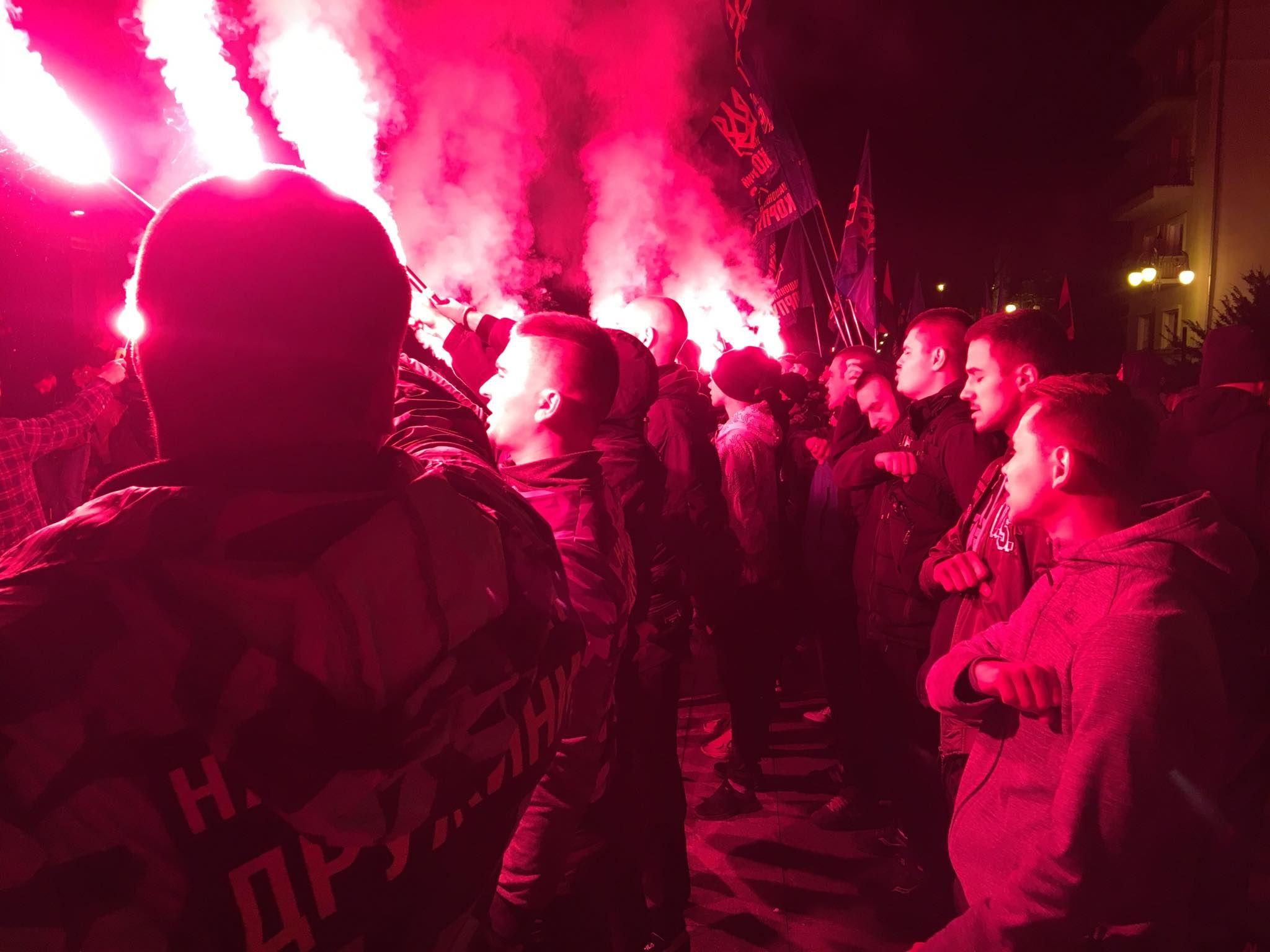 Под ОПУ устроили протест из-за формулы Штайнмайера и зажгли файеры: фото, видео - Новости Киева - 24 Канал