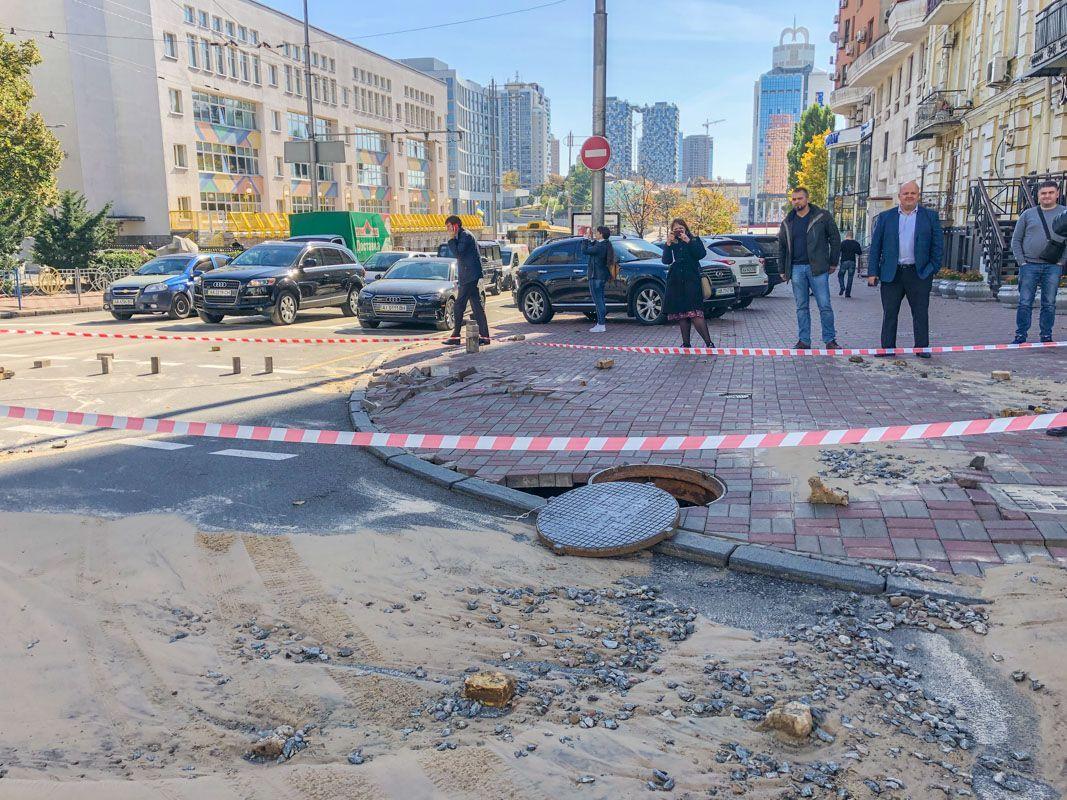 Київ прорвало трубу гаряча вода провалився асфальт аварія