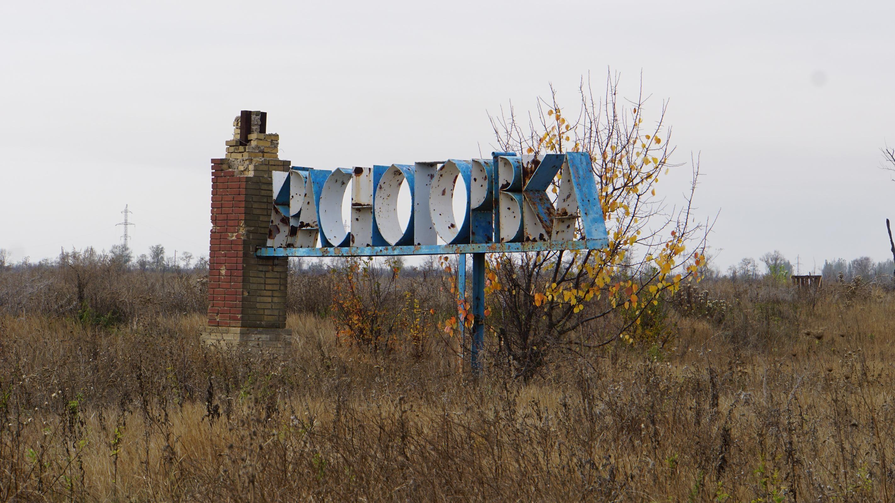 Снайпер противника стреляет на окраинах Красногоровки: съемочная группа 24 попала под обстрел - Новости Красногоровки - 24 Канал