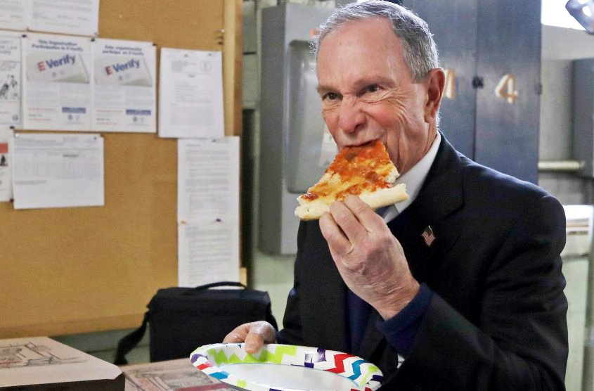 Майкл Блумберг їсть піцу фото
