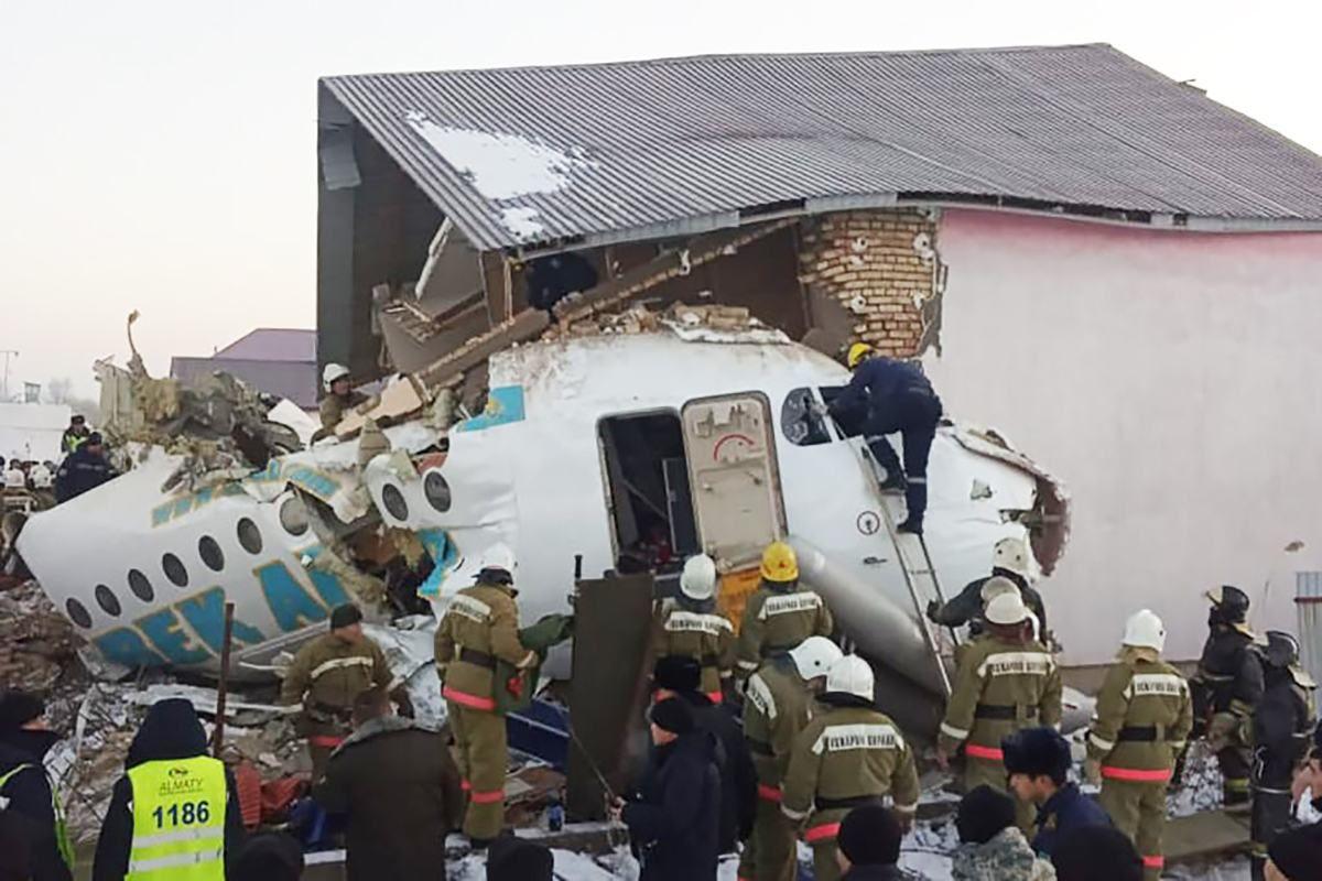 Авіакатастрофа в Алмати Казахстан 27 грудня фото аварія літак