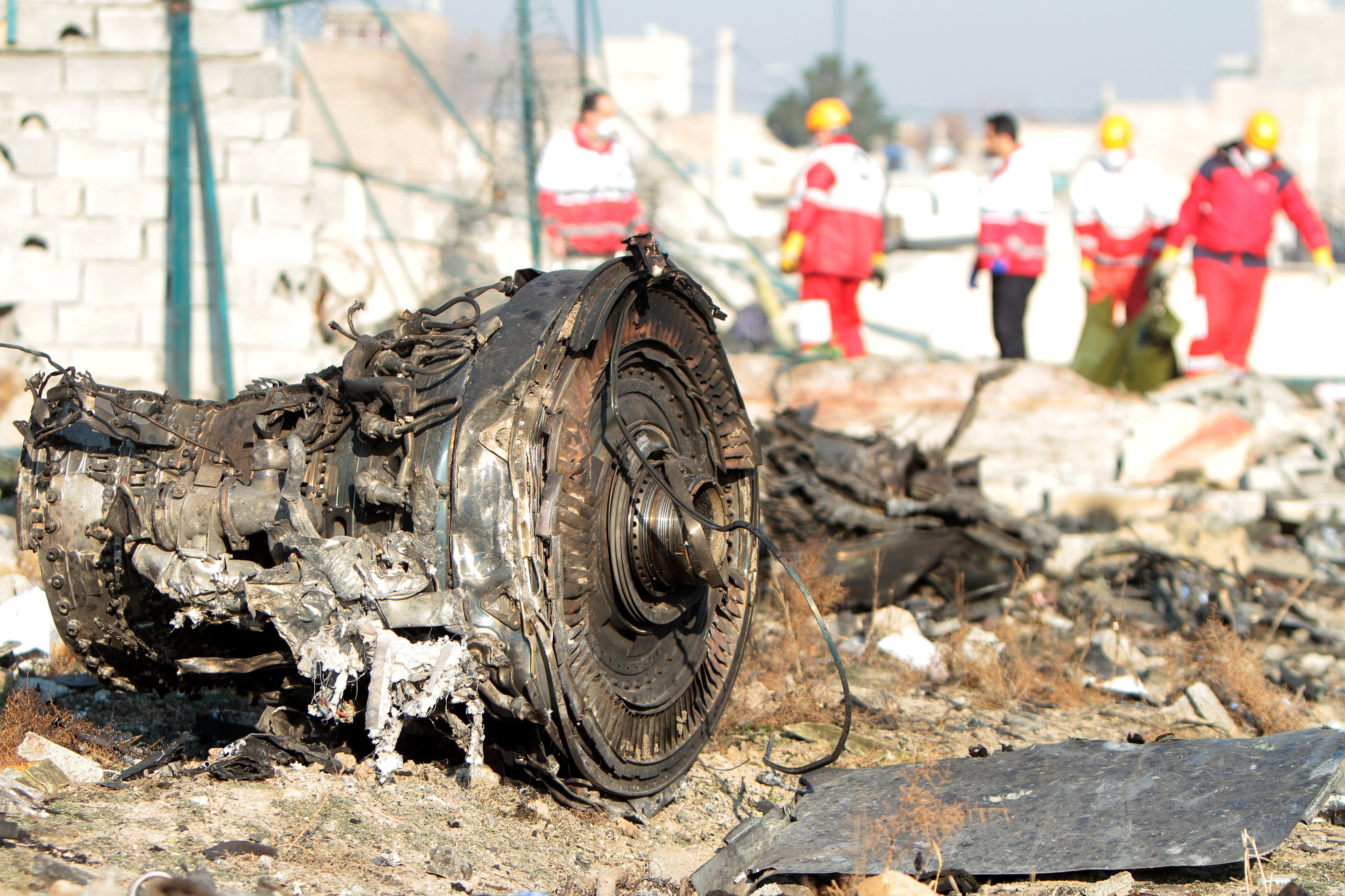 катастрофа літака МАУ в Ірані фото з місця аварії уламки літака