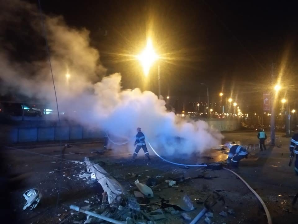 ДТП в Києві авто протаранило стовп і загорілось фото