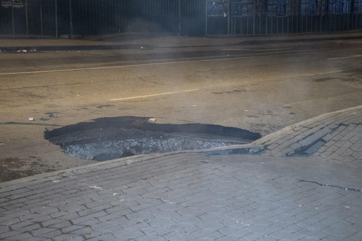 провалився асфальт Київ прорвало трубу Ocean Plaza