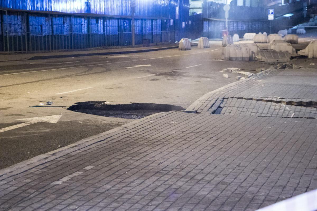 Провалився асфальт Київ Ocean Plaza