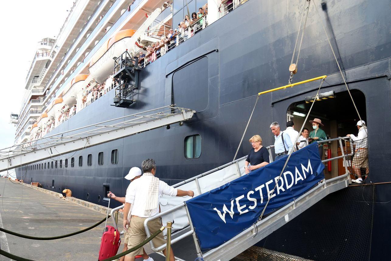 Понад 2200 пасажирів та членів екіпажу висадились у Камбоджі