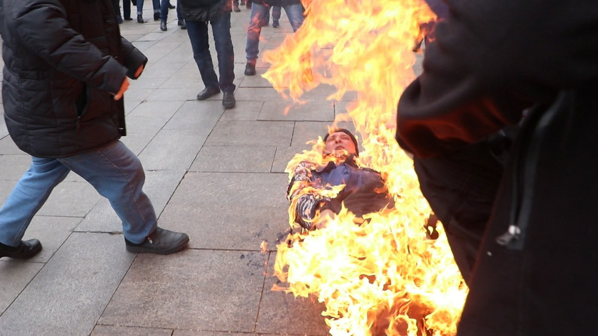 чоловік підпалив себе під Офісом Президент