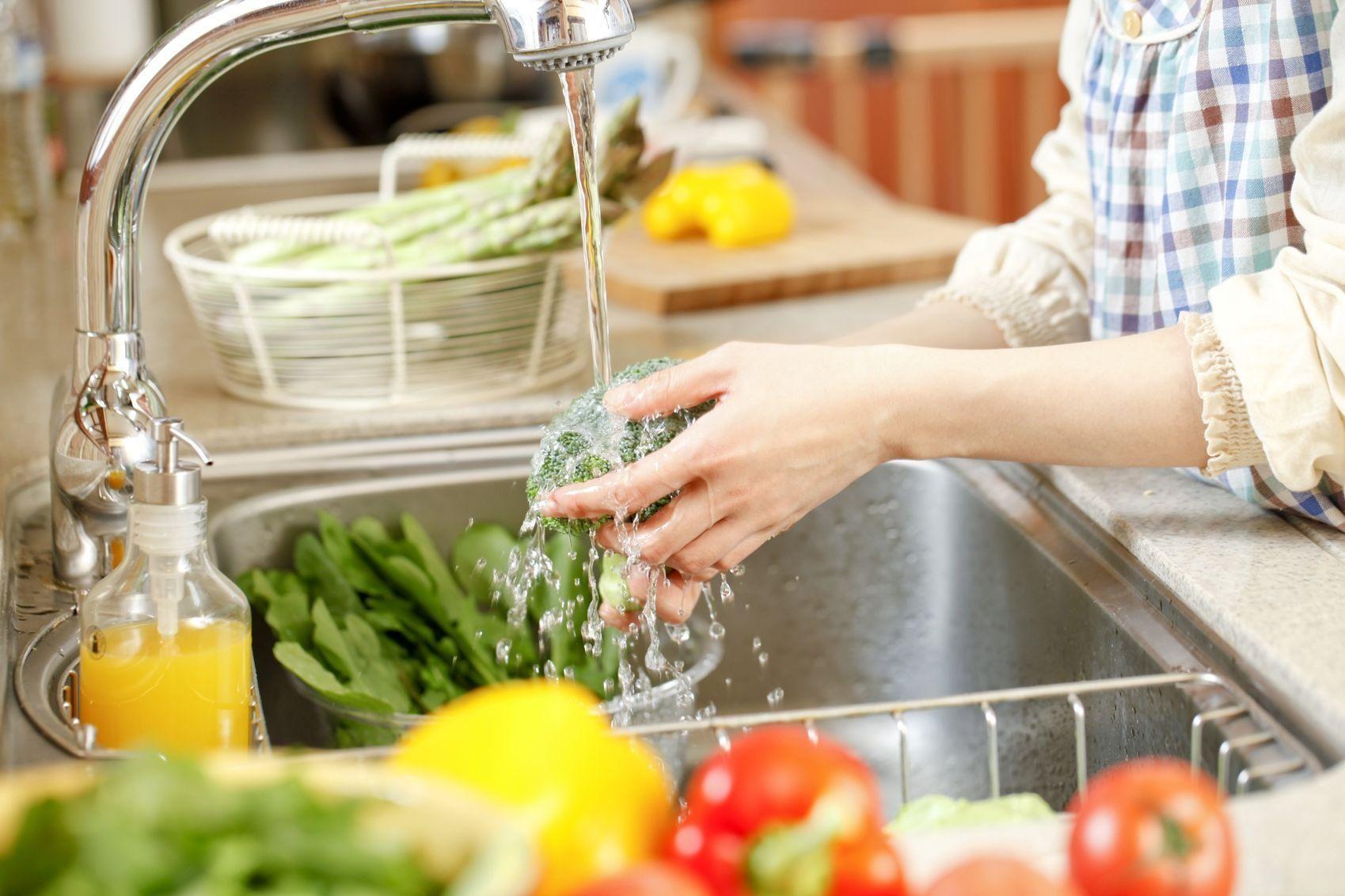 Ретельно мийте фрукти та овочі перед вживанням